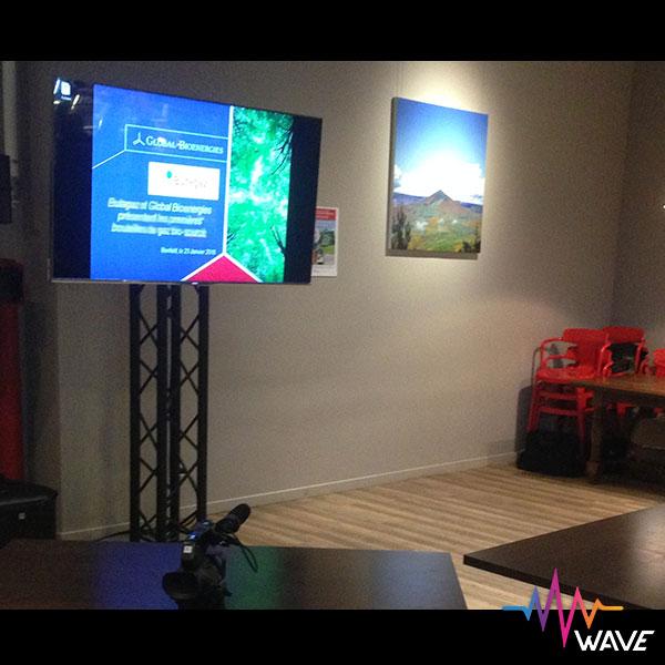 Séminaire d'entreprise avec totem et téléviseur 65 pouces